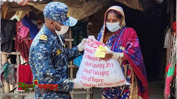 করোনা মোকাবেলায় চট্টগ্রাম ও বাগেরহাটের বিভিন্ন এলাকায় নৌবাহিনীর সহায়তা