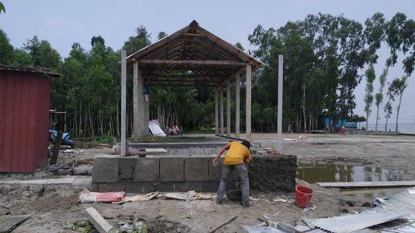 চিলমারীতে ব্রহ্মপুত্র নদের তীর রক্ষার ব্লক দিয়ে ঘরের মেঝে নির্মাণ