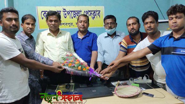 প্রেসক্লাব যশোরের সিনিয়র সহ-সভাপতি ঝন্টুকে ফুলের শুভেচ্ছা প্রদান